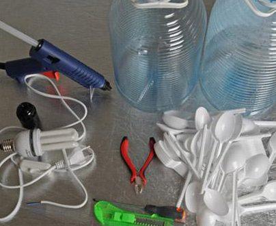 Tutorial : costruiamo un lampadario con cucchiai e bottiglie di plastica